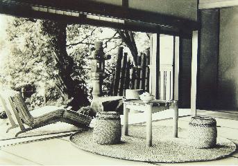ペリアン示唆のもと、農民が創作した作品 寝椅子、腰掛け、座卓が配置された和室